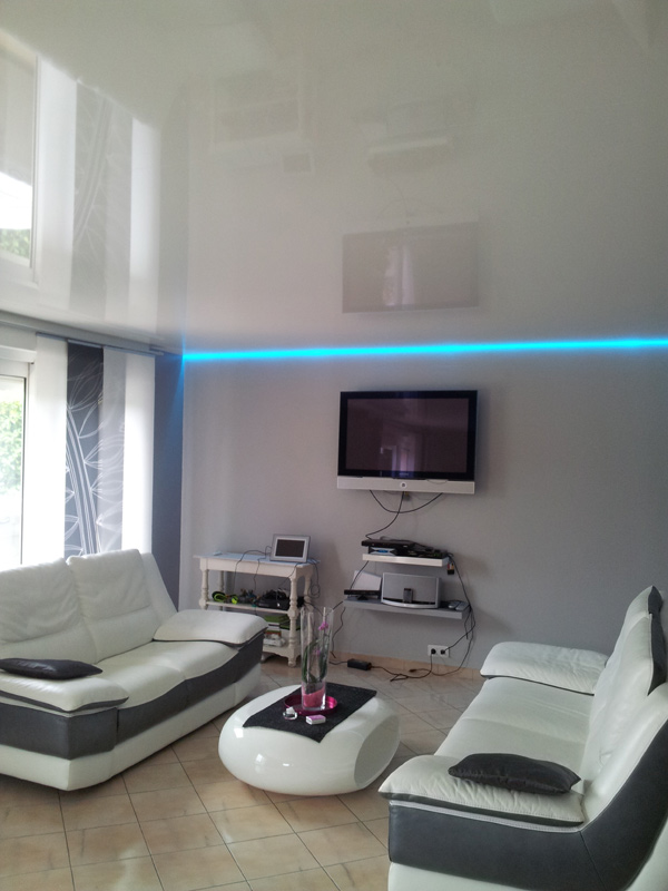 Salon moderne avec plafond tendu et clairage led bleu for Eclairage led interieur plafond